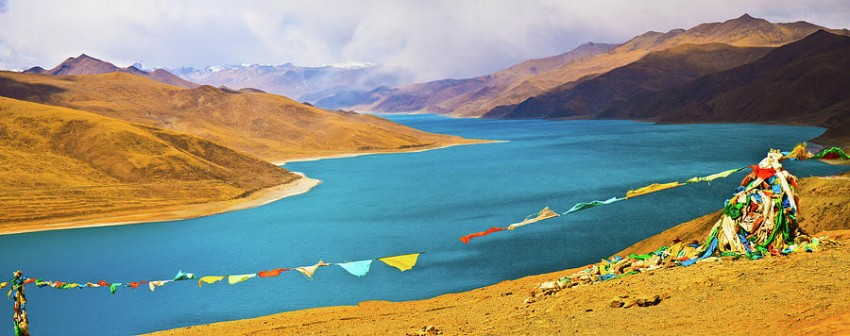 prayer-flags-by-yamdok-yumtso-lake-tibet-feng-wei-photography