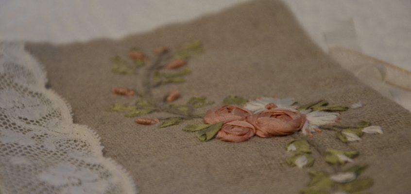 Cadeau du mois de Novembre, la trousse à rubans en broderie aux rubans de soie