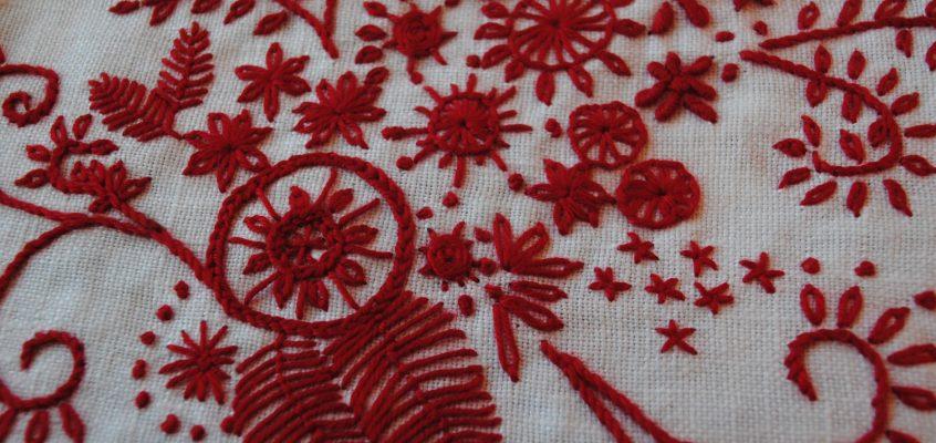 Motif de broderie rouge, les fleurs du temps passé